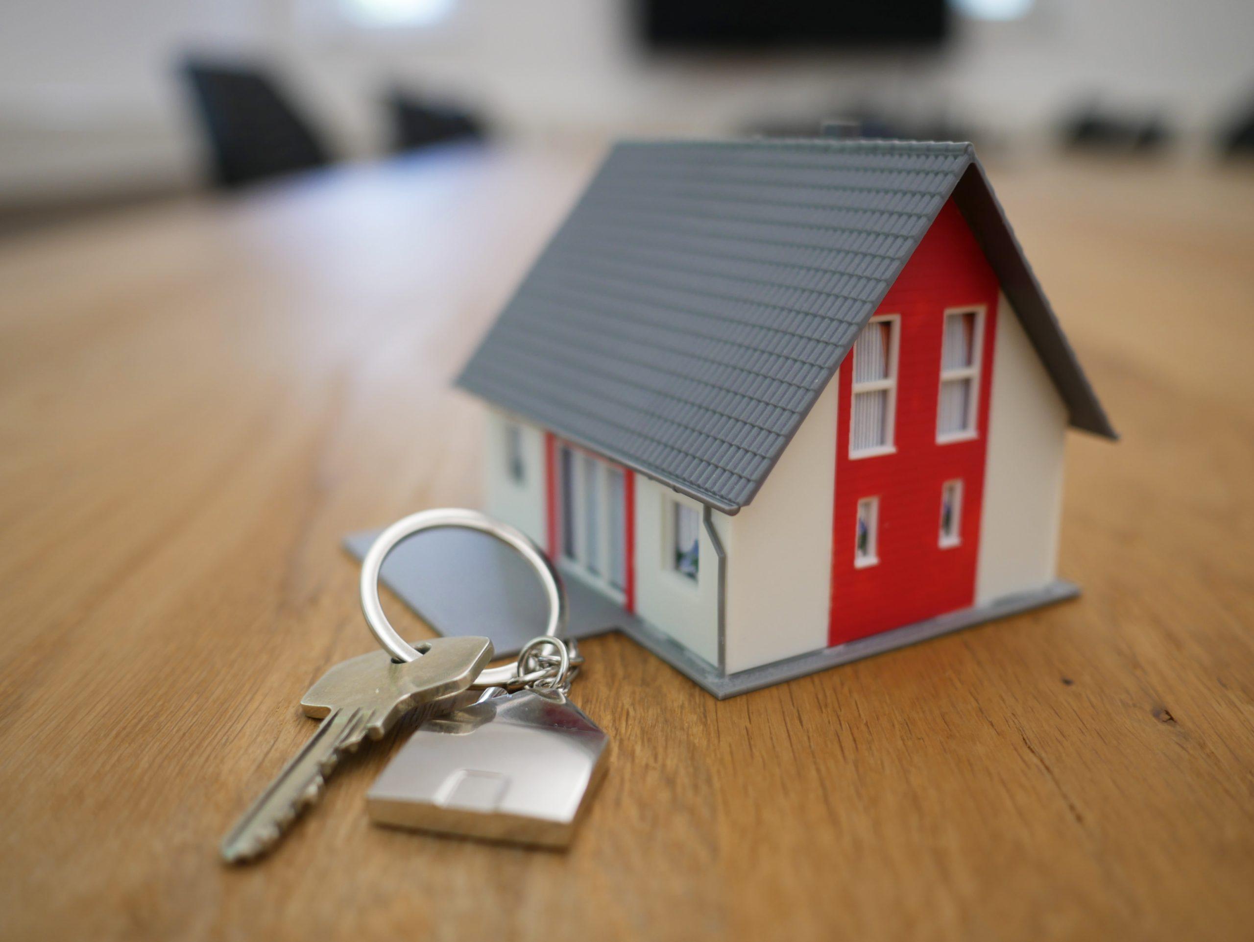 Maison et clé de porte: bien à louer